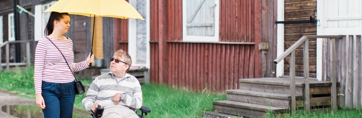 man i rullstol med personlig assistent