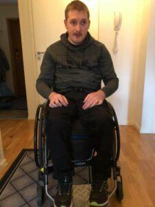 Kim Svensson sitter i sin rullstol